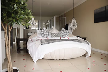 Romantic honeymoon suite at umthunzi hotel and conference